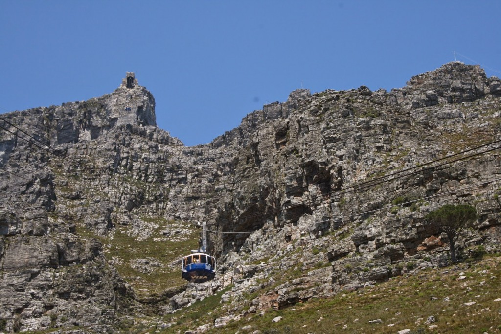 Cape Town: Cable car ascending the Table Mountain slopes