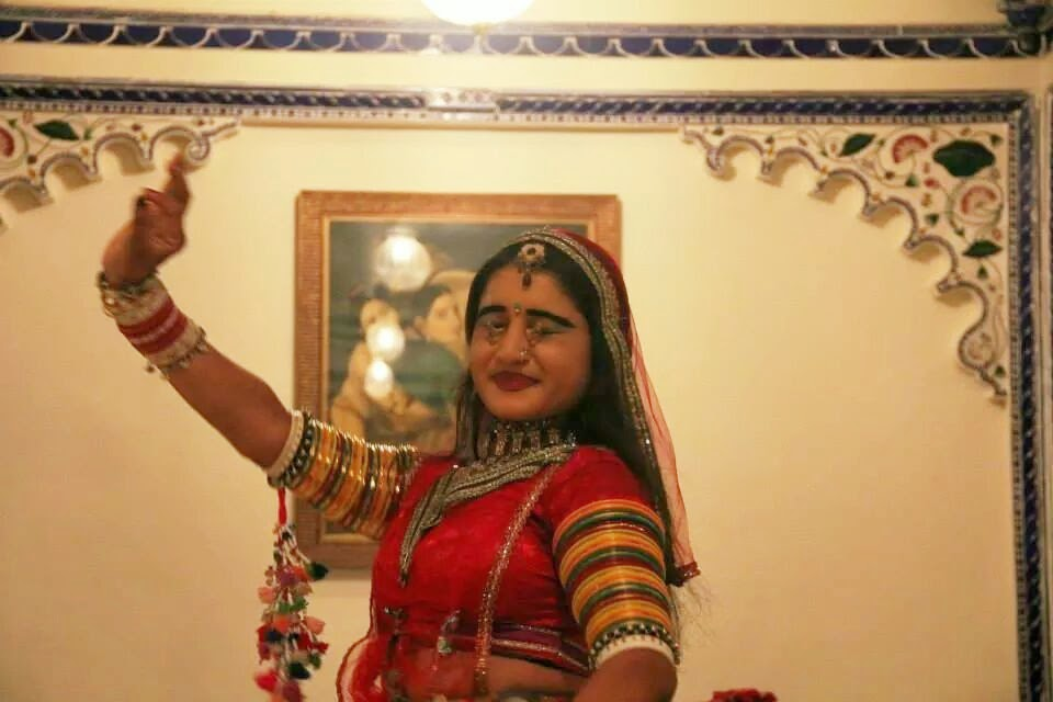 Udaipur: Folk dancer- she picked up two rings with her eyelids!